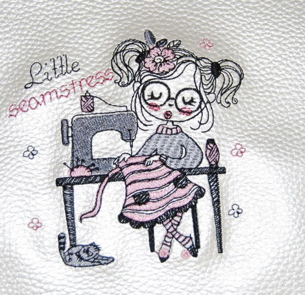 Stickdatei Little Girl Seamstress - 2 Größen (10x10/13x18 cm)